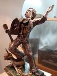 В галерея Франка Мейслера в Яффе скульптуры выполнены из бронзы, золота и серебря. В.Высоцкий. Внутри его кинокамера снимает Марину Влади.