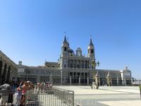 Вид на собор Альмудены со стороны Plaza de la Armería перед Королевским дворцом. Здесь уже начал собираться народ в ожидании ритуала смены королевской ...