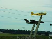 """Сделано в Швеции. Модели старых самолетов""""летят"""" вдоль шведских дорог."""