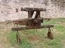 Во дворе крепости размещено несколько старинных осадных орудий. Это аркбаллиста (или токабаллиста, оксибел) - большой станковый арбалет на колесном лафете ...