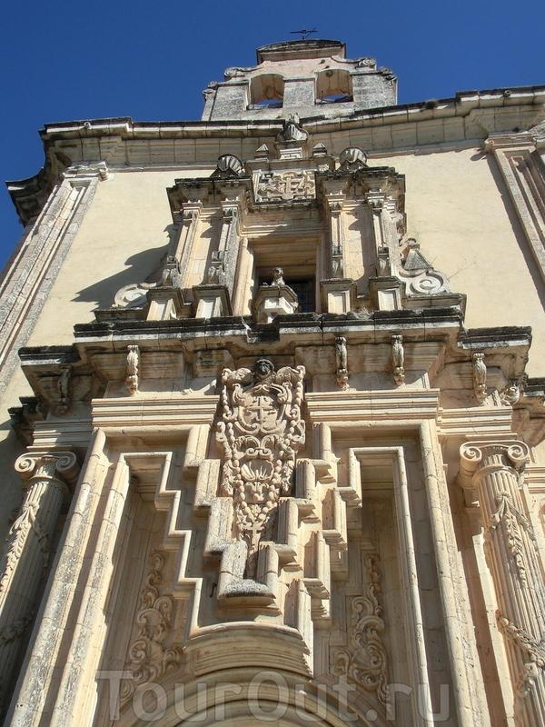 Монастырская церковь, построенная в готическом стиле и украшенная в стиле платереско (чурригуэреско), считается одним из самых красивых зданий в городе.