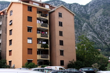 Часть современного Котора - жилые дома подпирают горы.