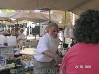 колоритный продавец на базаре