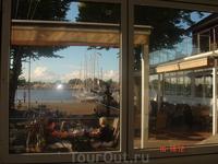 наверное, приятно посидеть в солнечный день на веранде на берегу залива
