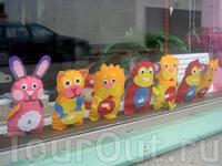 В городе много магазинов, где продаются всякие рукоделки. Вот например эти могут стать вашими всего за пару евро.