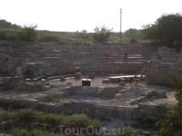 Херсонес. Подготовка к вечернему спектаклю в античном театре. Гримерка актеров - развалины древнего храма.