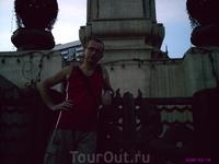 У памятника Раме 4