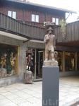 скульптура мастера на деревенской площади.