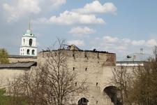 Сгоревший весной 2010 года ресторан по центру. Устроенный в одном из башен Псковского кремля, как видите. ))))
