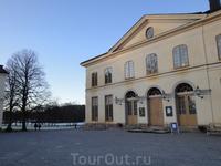 Дроттнингхольм. Старинный театр, как и весь дворцовый комплекс, относится к всемирному культурному наследию. Оснащение сцены здесь сохранилось с ХVIII века.