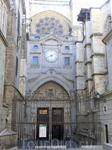 Северный фасад здания называют Порталом Часов. На фронтоне над порталом изображены сцены жития Иисуса и Богоматери (работы Хуана Алемана). Над ними, в ...