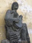 Скульптура местного менестреля на Старой замковой (королевской) лестнице