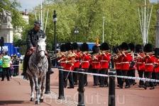 Смена караула у королевского Букингемского дворца является одной из самых известных и популярных у туристов лондонских традиций.