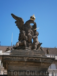 символы власти на воротах президентского дворца