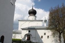 Церковь Успенья у Парома в 100 метрах от гостиницы и Ольгинского моста через реку Великую
