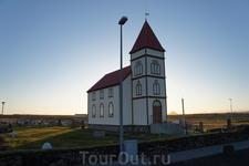 Типичный пейзаж Исландии.Одинокие церкви.Но дорога ведущая к храму отличного качества....