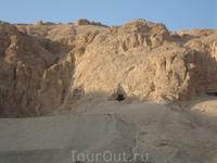 территория возле Храма царицы Хатшепсут_в этих ущельях когда-то жили прислуги царицы, а теперь там захоронены их останки