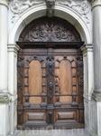 Одна из дверей замка.