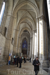 Реймс Собор был построен в XIII века и известен тем, что в нем проходили обряды коронации и миропомазания большинства французских Королей. Он сильно пострадал ...