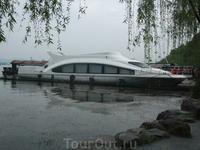 На озере Сиху в Ханчжоу можно увидеть такие потрясающие плавучие средства...