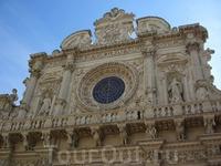 Лечче,Базилика Санта Кроче, построенная в 1549-1679 гг., являющаяся триумфом барокко Лечче.
