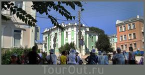 туристы перед домом Ефремова (сейчас в этом здании филиал художественного музея)