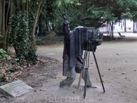 Недалеко от входа, практически в кустах, был обнаружен памятник старинному фотографу. Табличка рядом с памятником гласит, что он установлен в 1994 году ...