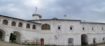 Спасо-Прилуцкий монастырь. панорама из двух кадров переход и древненастоятельские кельи