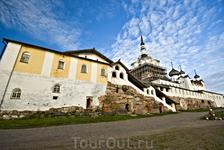 Довольно значительная часть монастыря восстановлена и отремонтирована. Трапезная палата, разумеется, тоже.