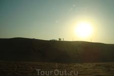 Люди и машины - песчинки по сравнению с солнцем и пустыней