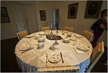От былых времен трудами и стараниями исключительно смотрителей музея остались княжеская обстановка, старинный фарфор и ткани, рояли, рассохшиеся шкафы ...