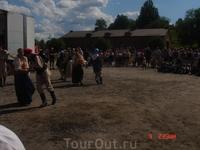 Зрителей собралось очень много. Места для зрителей - только стоячие. Особо усталые зрители сидят прямо на земле, а детишки - пританцовывают.