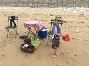 Возле отеля, на пляже, местные жители устраивают импровизированные магазины по продаже прохладительных напитков
