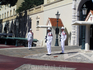 Перед главным входом в княжеский дворец в 11.55 - смена караула. Карабинеры, французы по гражданству, в монакской военной форме (черной - зимой, белой ...