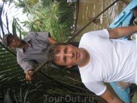 По реке среди джунглей.