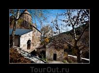 Первый храм на этом месте (Церковь Успения) был построен еще в X веке при невыясненых обстоятельствах. Он сохранился по сей день и выглядит как простой ...
