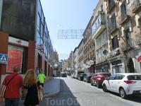 Улицы города выглядят вот так. Не то, чтоб они были похожи на нашу улицу Строителей, но все-таки это и не Гран Виа Мадрида, и не улицы исторического центра ...