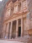 Знаменитый скальный храм-мавзолей, «Сокровищница фараона», как называют её арабы.  Мавзолей создан приблизительно около II в. — возможно, в связи с посещением ...