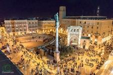 Лечче, Про колонну: она в высоту 29 метров! А наверху статуя Святого Оронцо. В 57 году нашей эры св. Павел назначил святого Оронцо епископом Лечче. Позднее ...