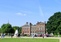 Кенсингтонский дворец - самая маленькая из резиденций королевской семьи в Лондоне. Он был построен в XVII веке и, естественно, много раз перестраивался ...