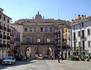Выйдя из собора мы оказываемся на La Plaza Mayor, центральное место и резной фасад, как обычно принадлежит городской мэрии (ayutamiento). Здание было построено ...