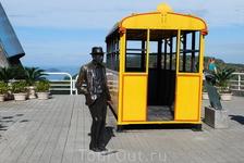 Это изобретатель и его вагончик,на которых раньше поднимали туристов на Сахарную голову.