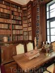 Библиотека хранит богатую коллекцию книг, в том числе тех. что описывают историю рода.