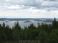 Сверху открываются живописные виды озера.