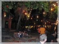 Популярный на Ко Чанге Sabai Bar, находится на пляже White Sands Beach. Лежишь на деревянной лежанке (простите за тавтологию:), потягиваешь коктейльчик ...