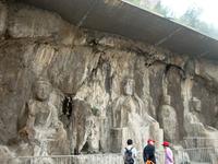 Императоры воображали себя живыми Буддами и пещеры были инструментом, при помощи которого они могли доказать свое божественное происхождение и держать ...
