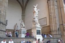 """Лоджия  Ланци. На заднем  плане  скульптура  """"  Геркулес и  Кентавр . На переднем  плане скульптура  """" Похищение  сабинянок """". Обе работы выполнены  итальянским ..."""