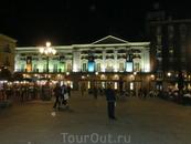 С другой стороны площади - Teatro Español, существующий с XVII века и до сих пор дающий спектакли.