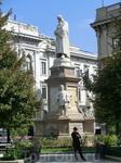 Само здание театра, как я уже писала, ничего из себя не представляет, а вот в центре площади установлен памятник Леонардо да Винчи и его ученикам. Автор ...