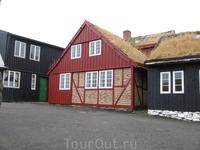 Интересная у них архитектура - разноцветные дома и торфяные крыши